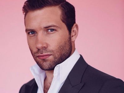 Jai Courtney,who's from Australia,and can be seen opposite my sexy Theo in Divergent<3