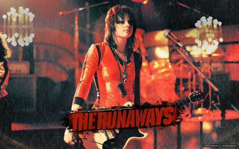 Kristen 唱歌 in the movie The Runaways,and she has a beautiful voice<3