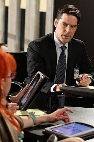 """Thomas Gibson (from """"Criminal Minds"""") is left-handed"""