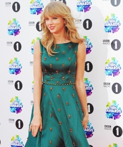 Taylor in Green :)) http://data1.whicdn.com/images/103458712/large.png