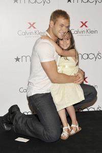 Kellan with a young girl...awwww<3