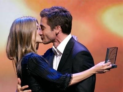 Jennifer Aniston キス Jake Gyllenhaal :)