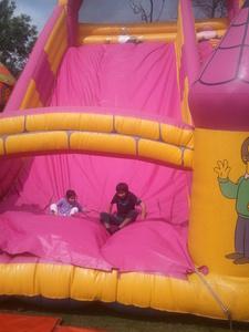 a rosado, rosa bouncy castillo