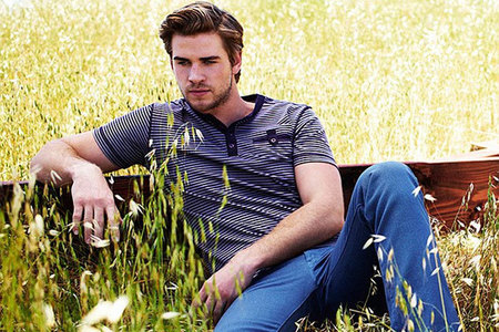 Liam Hemsworth striking a pose<3