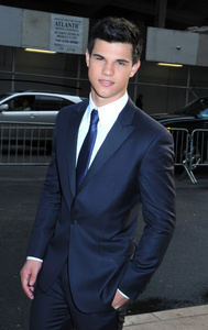 Taylor looking mighty fine in that suit<3