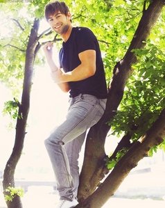 Chace standing up in a tree<3