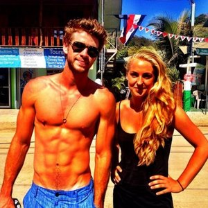a tanned and toned Liam Hemsworth<3