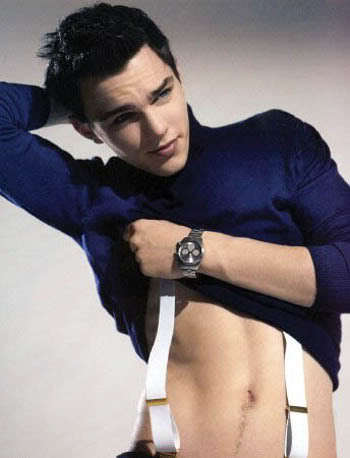 Nicholas Hoult tonen his stomach<3