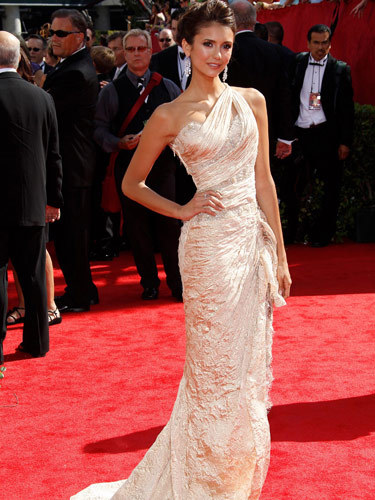 I प्यार this dress that Nina Dobrev is wearing.