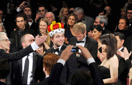 my gorgeous King Robert in a crowd surrounded door his subjects<3