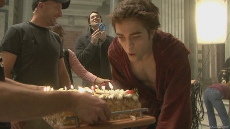 the crew presenting Robert with a birthday cake on the set of New Moon for his 23rd birthday<3