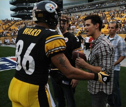 Taylor at a football stadium on the sidelines of the Pittsburgh Steelers vs. Detroit Lions game<3