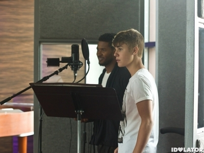 Justin and अशर in a room<3