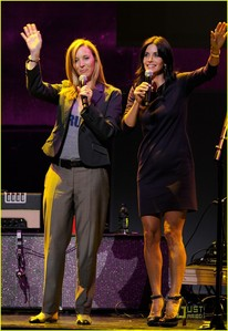 Courteney Cox with Lisa Kudrow 唱歌 :)