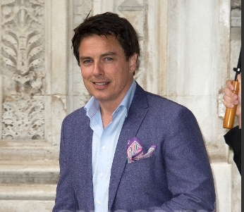 John Barrowman has an MBE from the 皇后乐队 :)