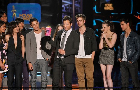 Robert,Kristen,Taylor and some of their fellow Twilight castmates<3