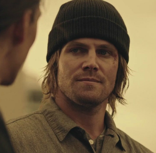 Stephen Amell in 《绿箭侠》 playing Oliver 皇后乐队 :)