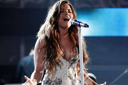 She always closes her eyes while cantar ♥