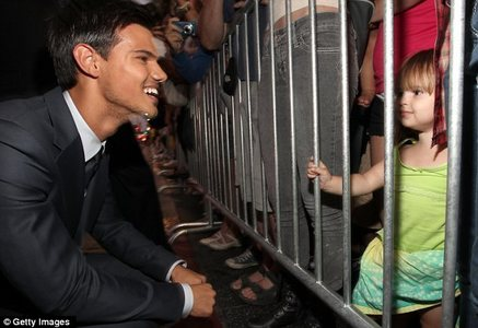 Taylor Lautner with a young,adorable fan<3