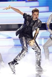 JB dancing<3
