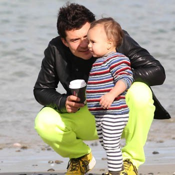 Orlando on the সৈকত with his adorable son,Flynn<3