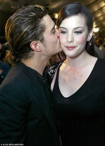 Orlando giving his LOTR co-star,Liv Tyler a চুম্বন on the cheek<3