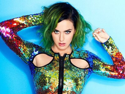 Katy with green hair<3