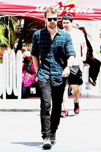 Theo walking with swagga<3