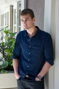 Theo wearing a hemd, shirt with buttons<3