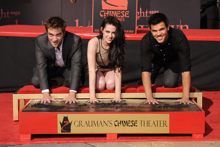 Rob,Kristen and Taylor getting their hands and feet cemented<3
