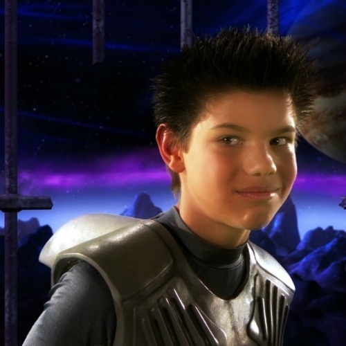 before Taylor Lautner played a wolf in the Twilight movies,he was Sharkboy<3