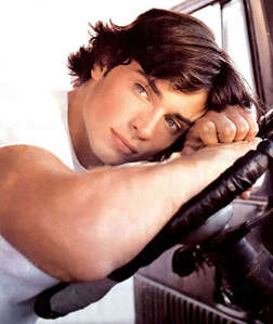 Tom Welling with wavy hair<3