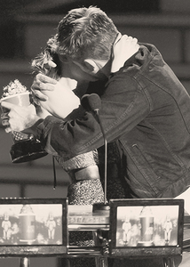when Robert kissed Kristen at the 2010 MTV Movie Awards,after winning the best Kiss award(for the 2nd năm in a row).It further solidified the fact that they were a couple,even if they wouldn't officially xác nhận it<3