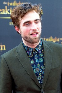 I love most of what Robert wears EXCEPT for this shirt.It's stupid and so ugly<3