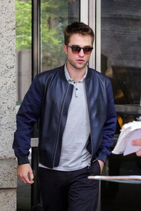 Rob looking sexy and cool in this jacket,which I'd tình yêu to have<3