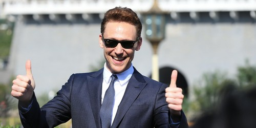 Hiddles giving 2 thumbs up<3