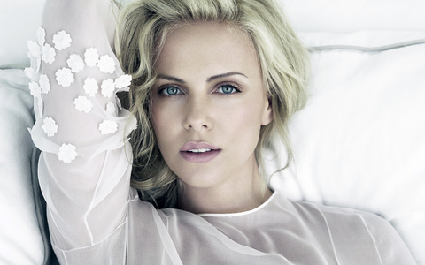 there are so many... Charlize Theron,Scarlett Johannson,Jessica Alba,Angelina Jolie,Kate Winslet,Kate Hudson,Kate Beckinsale...the senarai goes on and on.If I listed all the beautiful female celebs,it would take me a few days.