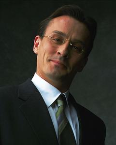 Robbie Knepper in a suit<3