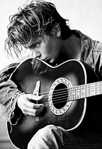River Phoenix + chitarra
