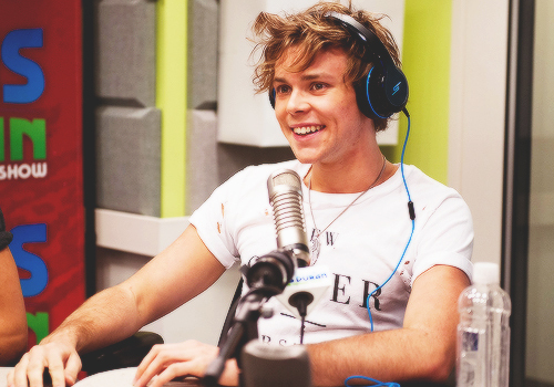 I admire Ashton Irwin because he is the sweetest most adorable guy ever and he always makes sure to tell the mashabiki he loves them and thanks them for all their support i adore Ashton for being strong and not taking his life during the dark times he went through when he self-harmed and when his dark past came back to haunt him If it wasn't for Ashton Irwin i wouldn't be the same and i think that applies to every teenage girl in the fam i can definitely say Ashton Irwin saved my life because he did with his adorable smile and beautiful personality i upendo wewe so much Ashton Irwin and stay beautiful upendo even though that won't be much of a problem for wewe will it? :)