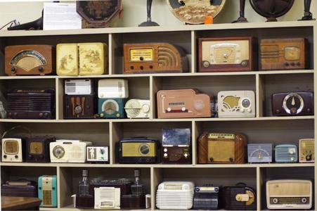 I would normally post something about Miku but let me give 你 something else for a change. vintage radios