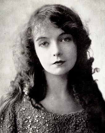 It should be. Sometimes No, twice at the most. escritura mostly. Two things, getting a job and getting fit. rosado, rosa and black mostly. With icing. No. Yes This is a pic of Lillian Gish. I amor old photographs.
