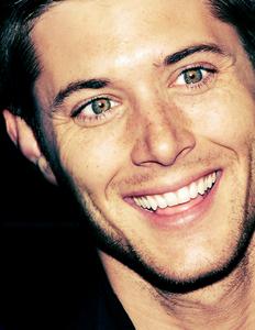 Jensen Показ his teeth<3
