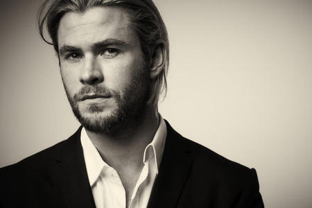 Hemsworth looking hot with stubble<3