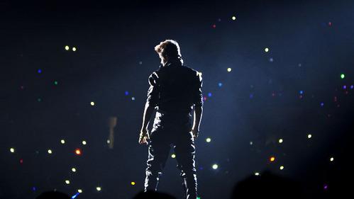 JB in a concert venue<3