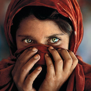 This girl is from Afghanistan and her picture was taken bởi photograper of national geographic channel and later this picture was a cover bức ảnh of natgeographic magazine But this is an old pic Her name is sharbat gula and this picture was taken bởi Steve mcCurry