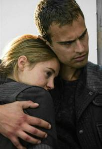 Theo's yummy fingers as he embraces Shailene in a scene from Divergent<3