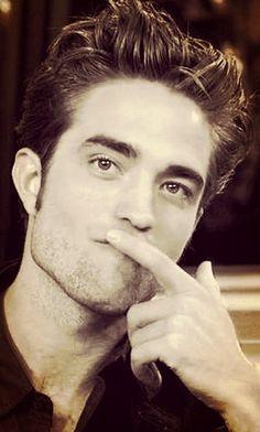 Robert menunjukkan his sexy fingers<3