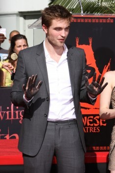 my babe tonen his cement covered hands<3