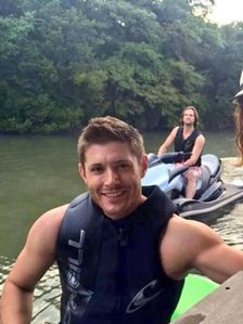 Jensen's strong sexy arms (and Jared's too in the background)